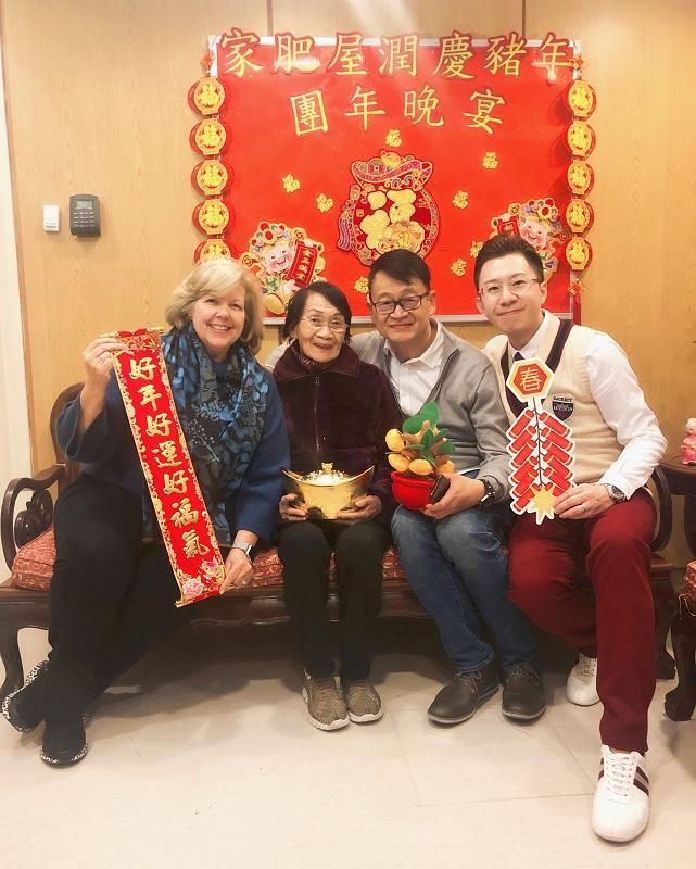 性格樂觀開朗的崔志文 (右一),期望把歡笑和希望帶給腦退化症人士及其家屬。圖為他與耆智園園友及家屬合照。