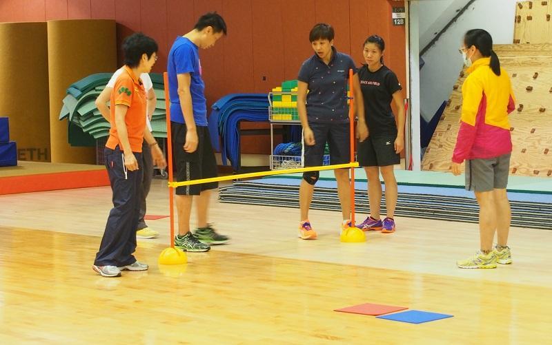 體育教師應了解學生的能力、特性,選擇適合他們的體育活動項目,並因應他們個別的表現,調整教學方法。(相片由香港教育大學提供)