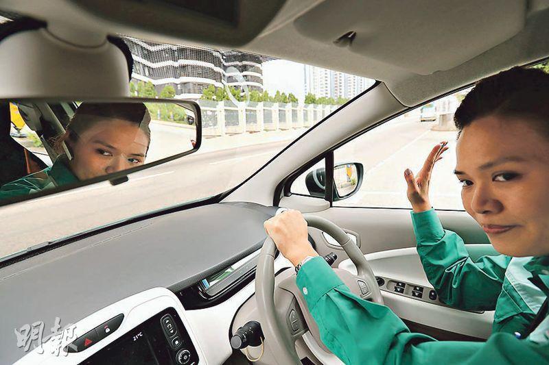 Gloria任「車手」10年,保持零告票紀錄,獲上司盛讚。她平日駕駛時,如小路出大路,或有其他司機讓路時,都習慣舉手示意,保持行車禮儀。(李紹昌攝)