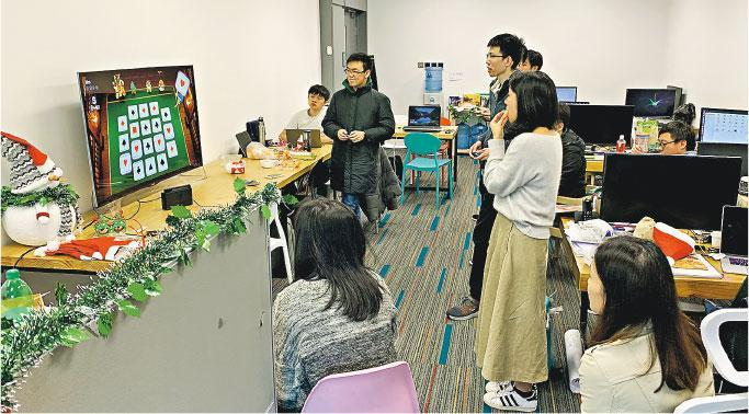 Application Technology創辦人李治緯說,公司設有娛樂設施,如圖中的大熒幕供員工在飯後或收工後「打機」,有助員工聯誼及建立工作默契,一舉數得。(受訪公司提供)