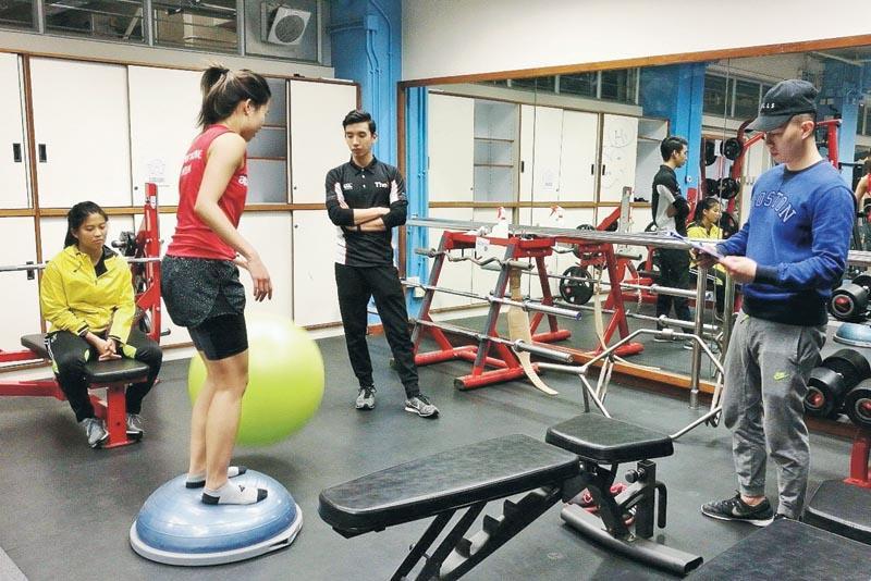 學生在為受傷運動員進行復康運動。