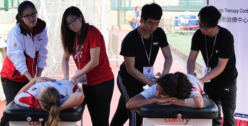 不少運動愛好者都希望將興趣變為事業,運動治療師是出路之一。(圖為修讀相關課程的學生,正為運動員進行肌肉放鬆。)