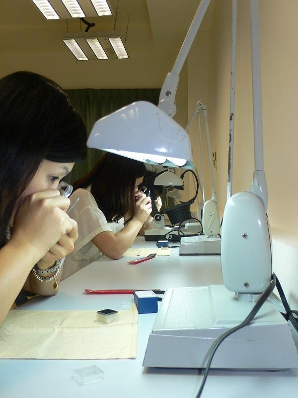 要評定一顆鑽石的價值及品質,可透過「4C」鑽石分級系統,包括:重量 (Carat Weight)、顏色 (Colour)、淨度 (Clarity) 及車工 (Cutting) 4 大主要標準。學員更要學習使用不同的鑽石鑑定儀器 (如顯微鏡、10 倍放大鏡等) 及各種分級技術。