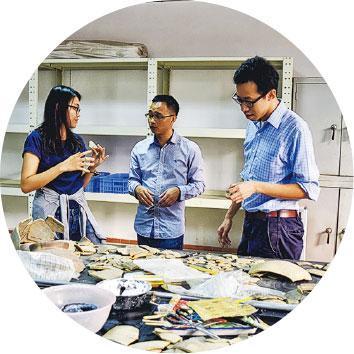 討論合作——林永昌(右)與研究生及研究人員商討有關廣東青銅時代陶器分析的合作項目。(受訪者提供)