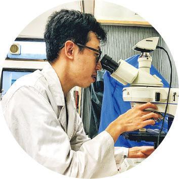 觀察入微——林永昌使用顯微鏡觀察各類器物的微觀結構。(受訪者提供)