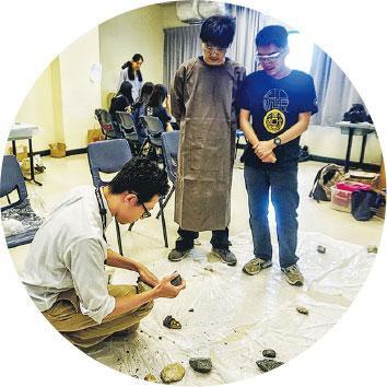打製石器——在中大開放日,林永昌(蹲下者)示範如何打製石器,模擬古人製造石器的過程。(受訪者提供)