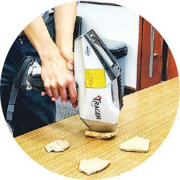 儀器分析——林永昌使用便攜式X射線熒光光譜儀(PXRF),分析陶器的化學成分。他說:「我們要先了解其物料,才知道怎樣修復文物。」(受訪者提供)