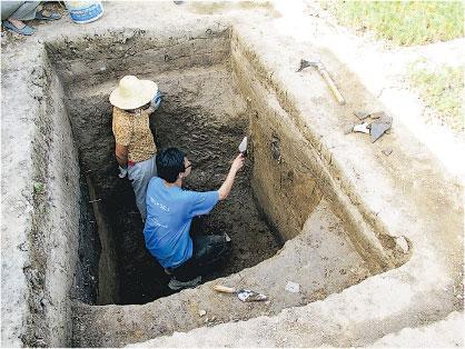 現場發掘——2012年,林永昌在陝西陽陵的考古發掘現場。他解釋,將發掘區規劃成一個個方形或長方形的探方,是為了方便記錄出土文物的位置,以便研究。(受訪者提供)