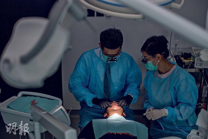 牙醫陳奕朗(左)和余倩華(右)與基督教香港信義會戒毒服務合作,義務為戒毒者治理口腔及牙齒,包括剝走蛀牙、種牙、配上假牙托等。陳認為身為牙醫,能幫助戒毒者改善口腔健康,助他們建立自信及改善社交,意義重大。(鄧宗弘攝)