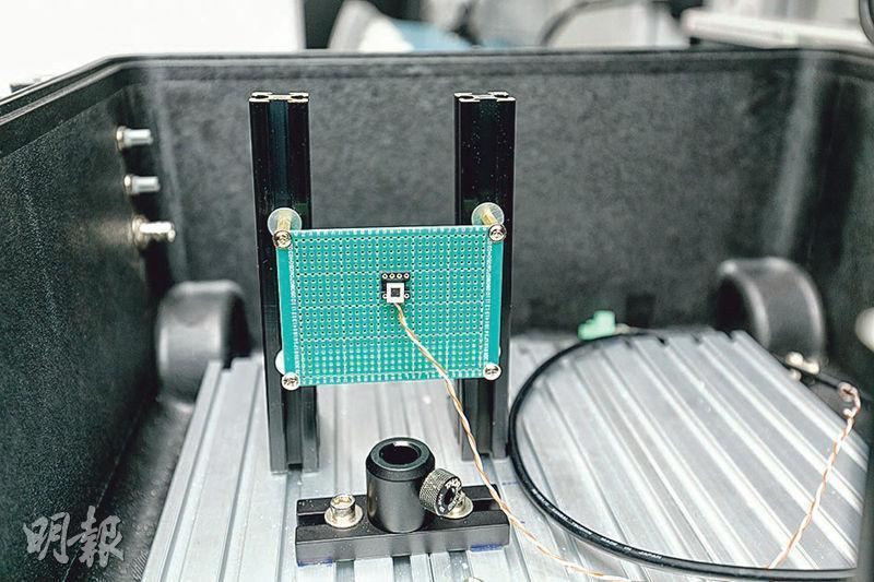 曾獲諾貝爾獎的喬治.斯穆特以「矽基光電倍增器」量子光學技術(圖),製作大中華首部量子光學天文攝影機,料可讓人類及時監測不少多年前已發現的「快速電波爆發」、白矮星表層對流活動等成因未明的天文現象。(科大提供)