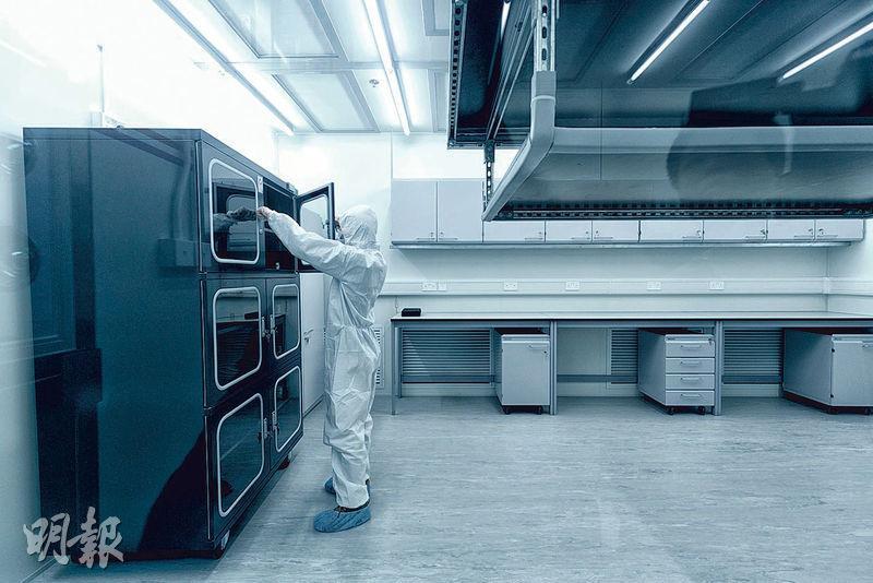 量子光學天文攝影機將於實驗室的無塵室(圖)組裝,該環境的污染物控制水平無異手術室,研究人員需穿特別裝備。(科大提供)