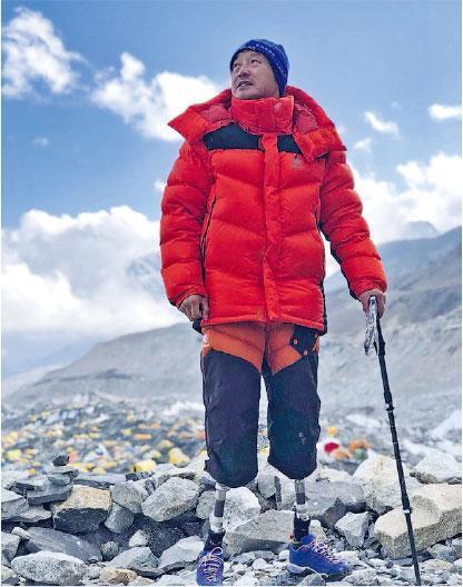 中國登山家夏伯渝成為中國第一個用雙腿假肢登上珠峰嘅人。(「影響世界華人盛典」提供)