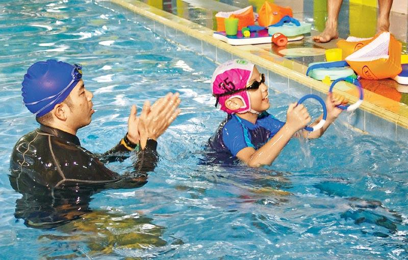 游泳教練在教授 SEN 學童需要多愛心和耐性,因應學生能力調整教學策略。