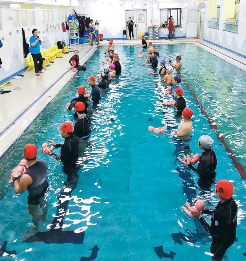 幼兒習泳班根據嬰幼兒年齡分為 0 至 2 歲及 3 至 4 歲兩組,透過課程促進親子關係。