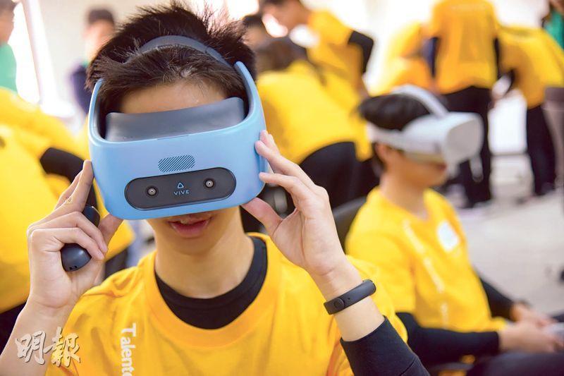 虛擬實境——在恆隆地產「管理培訓生計劃」招聘環節TEAMS day中,加入了VR(虛擬實境)元素,組員戴上VR虛擬實境眼鏡,瀏覽有關內地物業項目的360度環境片段,採集資訊用於完成之後的任務。(黃志東攝)