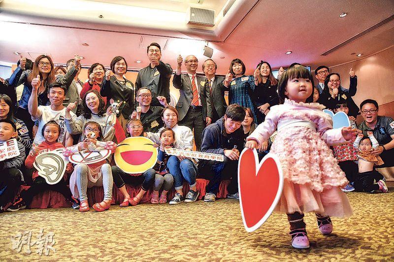 香港家庭教育學院第4屆「CEO家長選舉」,選出10名為家庭默默付出、不求回報的「CEO家長」,並設有5個特別獎,如「最有能力應變」大獎、「最樂觀家庭」大獎等,圖為得獎者與嘉賓合照。(蘇智鑫攝)