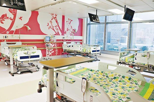 香港兒童醫院昨開始住院服務,首階段包括圖中的血液及腫瘤科,暫提供36張病牀。10名來自威爾斯親王醫院兒童癌症中心的病童昨轉送兒童醫院留醫,其他4所公立醫院的兒童癌症中心病童今年內亦將獲安排轉往兒童醫院接受治療。(政府新聞處)