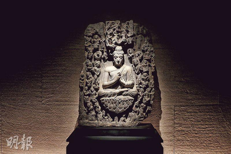片岩雕刻而成、估計產於公元2至3世紀古印度犍陀羅地區的浮雕,刻畫佛陀說法盛况。(曾憲宗攝)