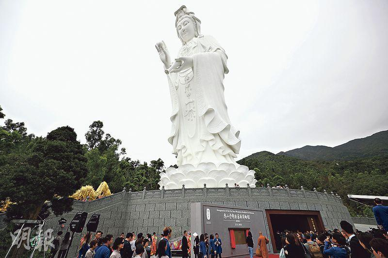 大埔慈山寺「佛教藝術博物館」設於寺內觀音聖像底座,館內收藏100尊佛菩薩藏品,另會輪流展出43卷敦煌手抄經。(曾憲宗攝)
