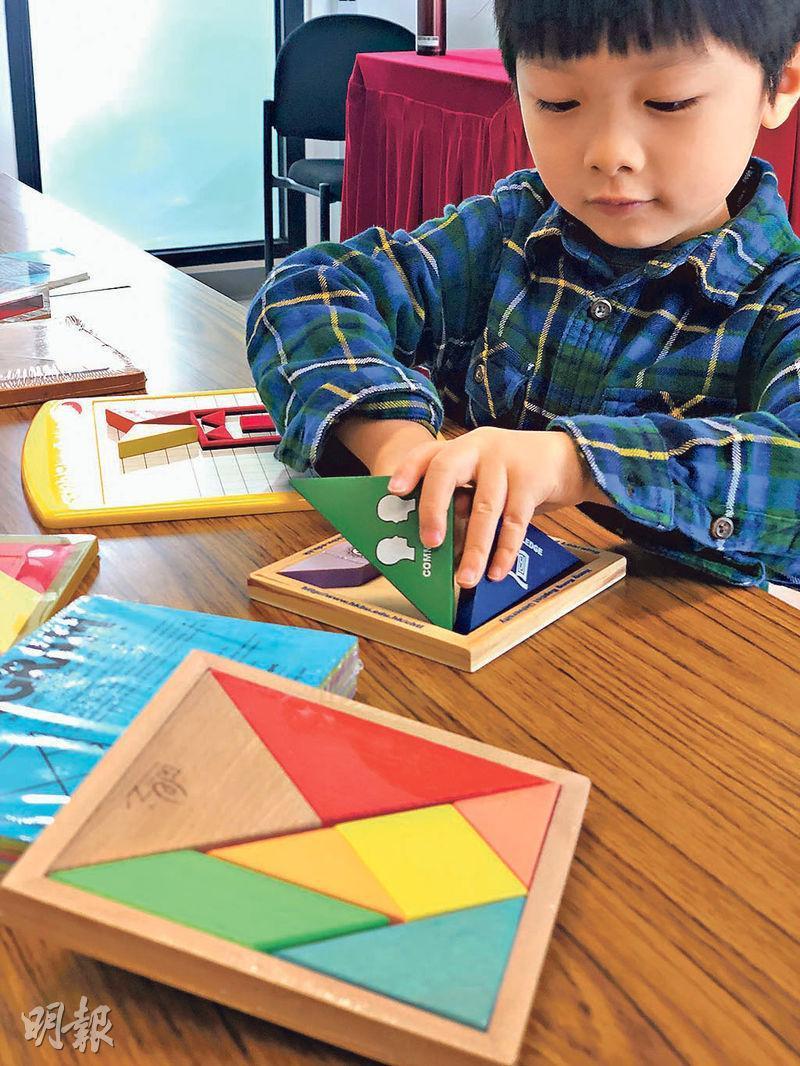 玩七巧板唔止可以學數學,仲可以學語文,幼兒可以用七巧板砌出中文字嘅結構,好似「邵」字結構有3部分,可用三角形、正方形、梯形圖形代表。(浸大提供)