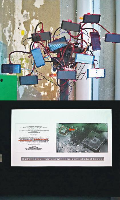兩極「報道」展無限可能——Joris Verleg的作品My First Vlog(上)與Forensic Architecture的Airstrikes on the al-Jinah Mosque(下)兩個作品談的,都是民間新聞(civil journalism)。看似iPhone樹的前者,結集多個video blogger的首發短片,呈現他們的背景和表現手法,後者則蒐集空襲目擊者及環境證據重組案情;這種兩極化的「報道」,表現出民間新聞的可能性。(Dawn Hung攝)