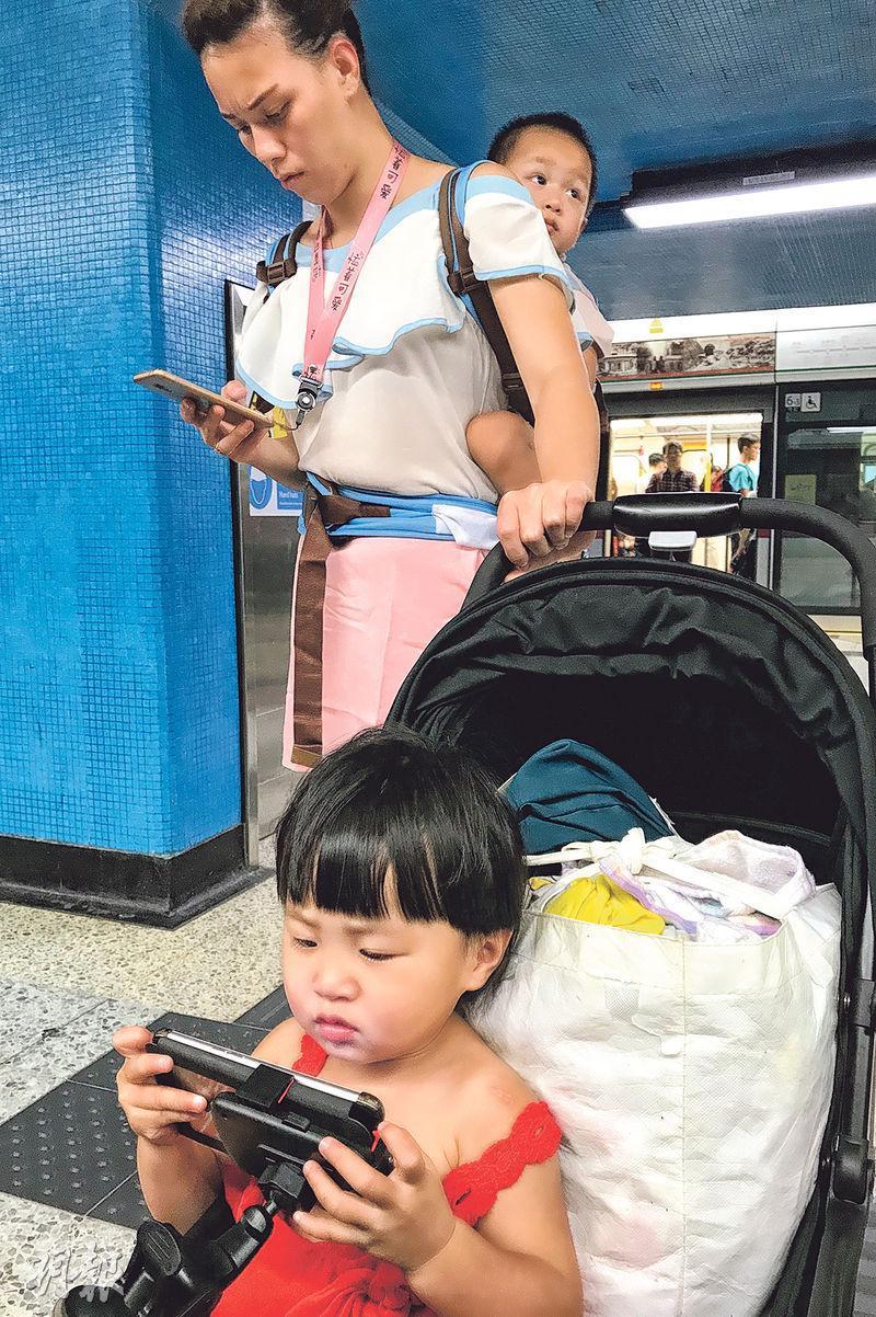 有團體調查發現近四成幼兒每日長時間使用電子屏幕,依賴「電子奶嘴」,一半家長稱會以身作則,減少使用屏幕時間。(郭慶輝攝)