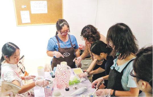 完美過程——不少學員都會說,手工肥皂特別美麗,有時還因為太美捨不得用。但Jenny(左二)說,她覺得肥皂很美,卻不是結構的美,而是整個形成的過程,「很完美!」(受訪者提供)