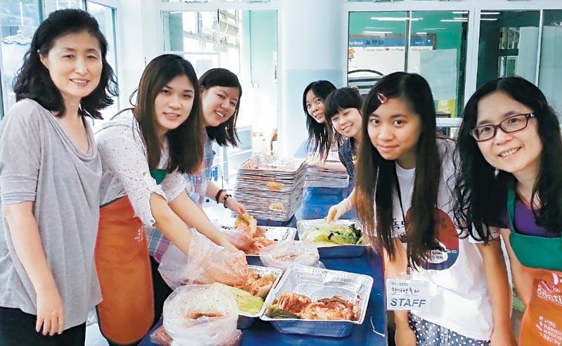 要學好語言,培養興趣、語境是重要的關鍵。修讀者可透過參加不同國家的文化體驗活動,認識有關地道文化,發掘學習的樂趣,有助延續學習的決心。圖為製作韓式泡菜體驗工作坊。(相片由香港浸會大學持續教育學院提供)