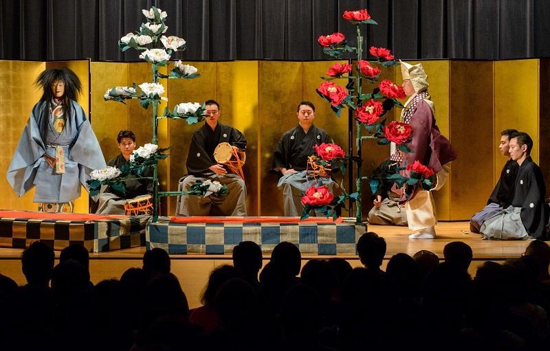 要學好語言,培養興趣、語境是重要的關鍵。修讀者可透過參加不同國家的文化體驗活動,認識有關地道文化,發掘學習的樂趣,有助延續學習的決心。圖為日語課程學員外出觀賞日本文化藝術活動(日本能劇)。(相片由香港大學專業進修學院提供)