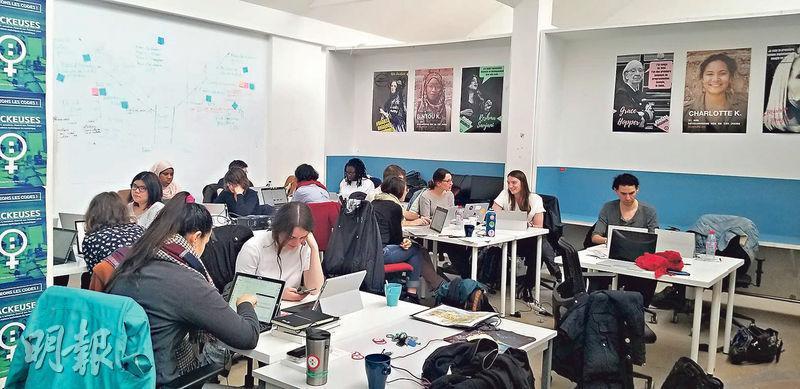 微軟去年在巴黎開設AI學校,教授大數據處理、使用應用程式界面(API)等技能,協助就業者增值轉型。圖為學員上課情况。(高卓怡攝)
