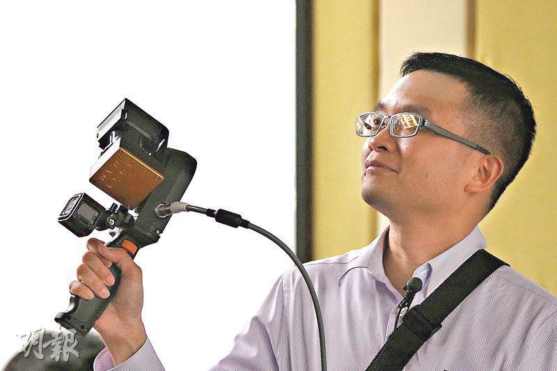 土力工程處斥資約110萬元,引入兩部手提激光掃描機,除咗操作不受環境光暗影響,掃描結果可顯示喺智能電話上,即時獲得測量結果。(曾憲宗攝)