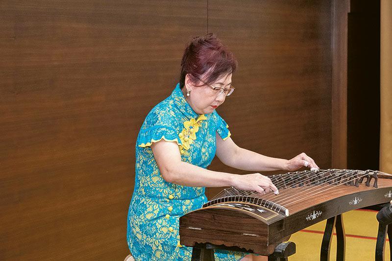 商專校友鄧麗華博士以古箏演奏一曲《雪山春曉》,豪邁奔放的調子為晚宴掀起高潮。