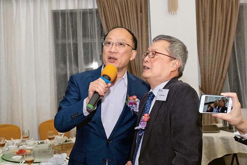 多名學校管理委員會成員包括邱賢君會計師(左)及唐綽言博士(右),唱出經典勵志英語歌曲《My Way》,為晚宴畫上完美句號。