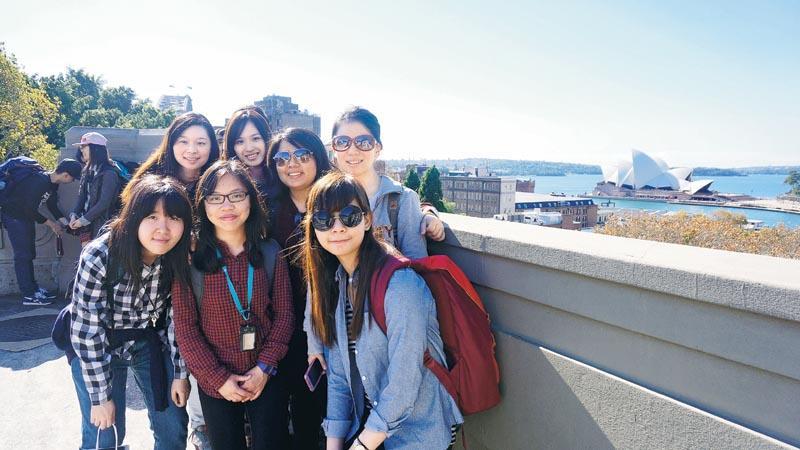 4 年的大學生涯裏,同學有機會到海外交流,擴闊眼界、豐富學習體驗。圖為 Wendy (後排右二) 在澳洲交流時與同學合照。