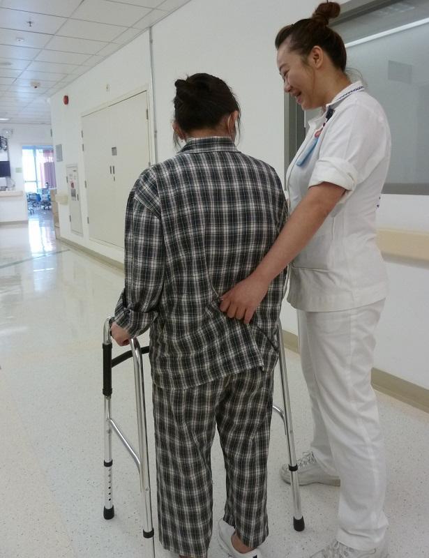 能在病人無助時伸出援手和看着病人笑着出院,令郭芙英深感護士工作的意義和滿足感。