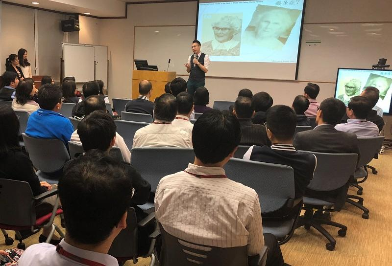 崔志文為銀行業職員提供訓練,以便他們於職場中能為長者及腦退化症人士提供合適的支援。
