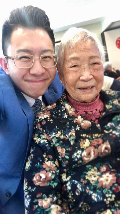崔志文(左)與耆智園園友合照。