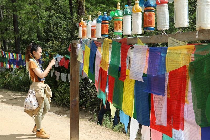 不丹虎穴寺的路上掛滿五色經幡,讓 CMan 感受到整個國家的濃厚宗教氣息。(受訪者提供)