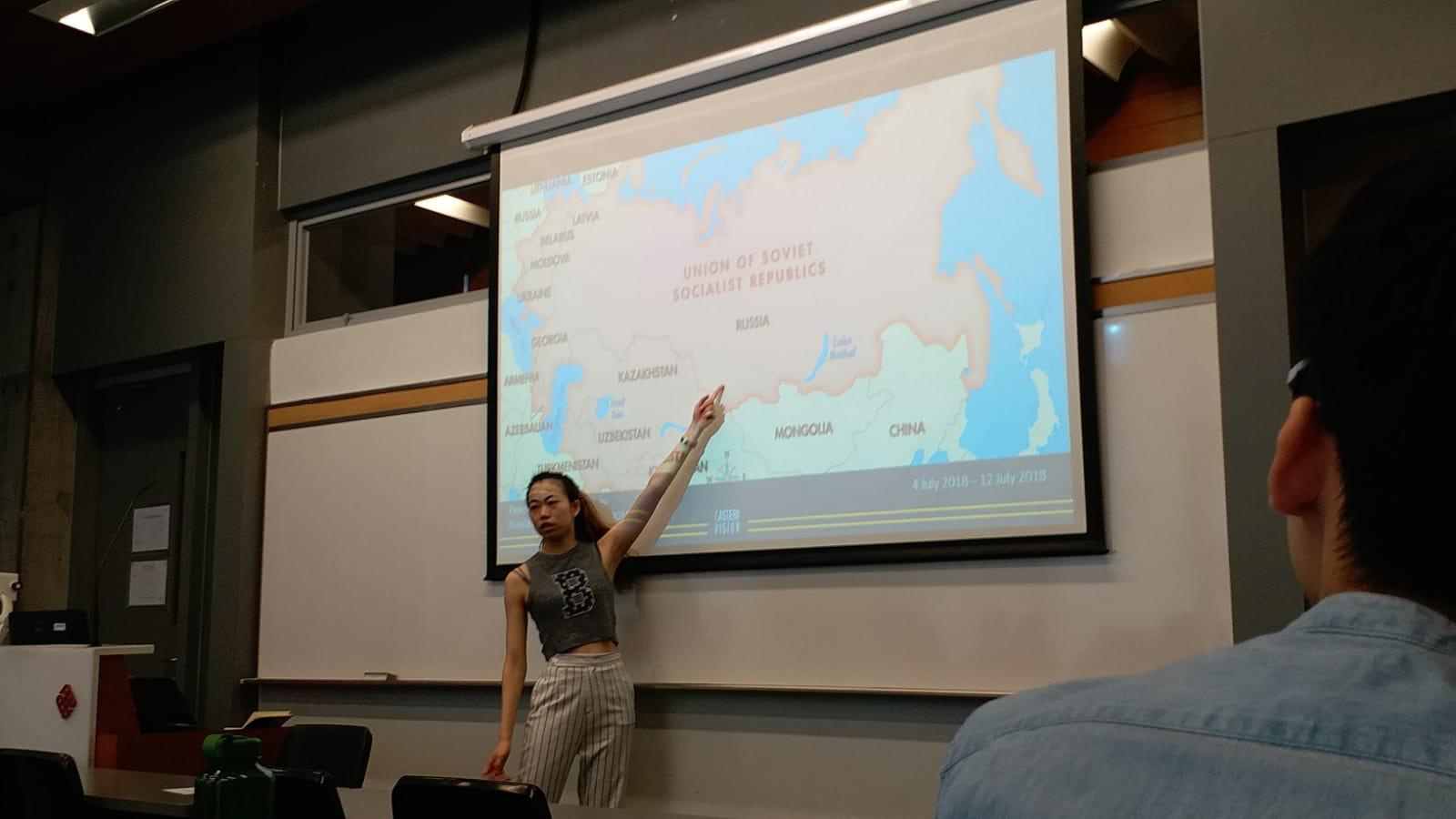 出發前,Cman會先跟團友講解到訪國家的文化和歷史背景。(受訪者提供)