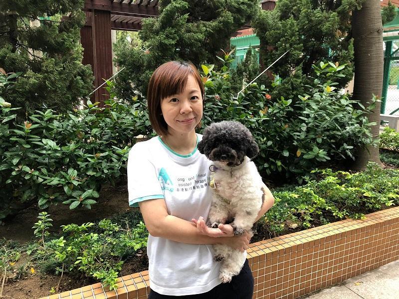 認證高級動物輔助治療師Debbie與愛犬Pearl Pearl。(相片由受訪者提供)