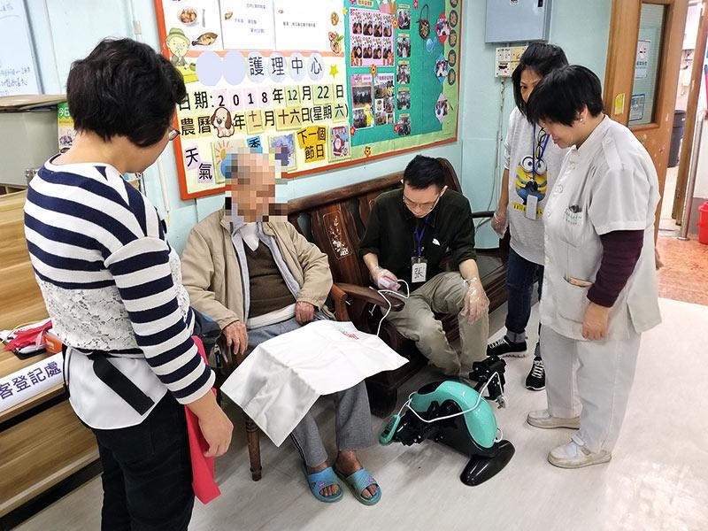 醫護團隊為長者提供熱敷治療,以紓緩痛楚。