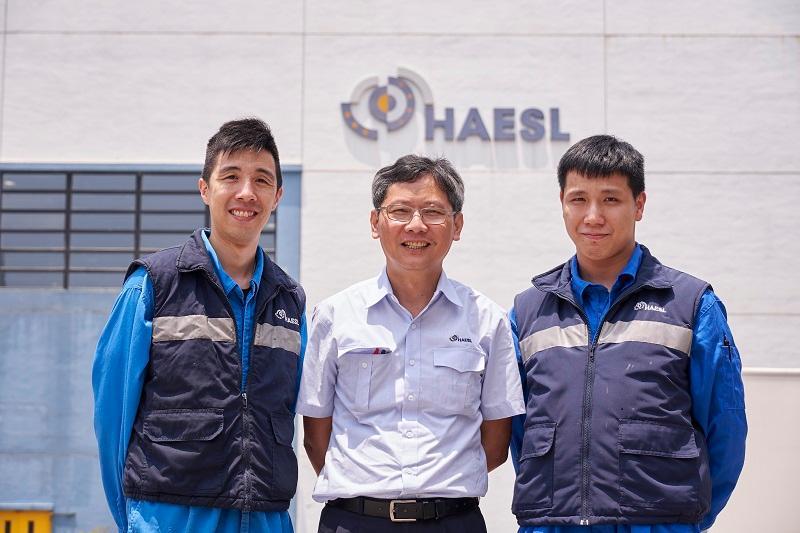 香港航空發動機維修服務有限 公司培訓經理王永坤(圖中)、 一級技術員吳子健(左一)和 技工伍昭龍(右一)。(明報JUMP圖片)