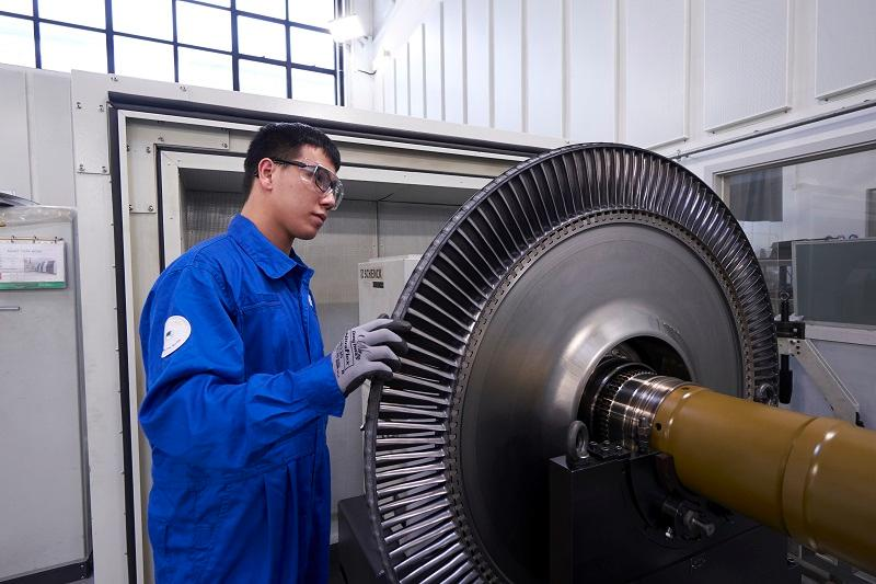 伍昭龍表示,飛機引擎維修工作涉及航空安全,假若在廠房內發現任何問題,必須即時發聲,確保任何一個細節都安全順暢及合乎法規。(明報JUMP圖片)