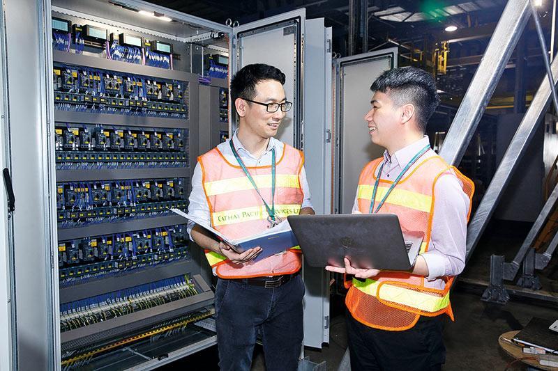 工程部及信息管理部的同事一起進行檢測及測試,確保貨運系統運作正常。
