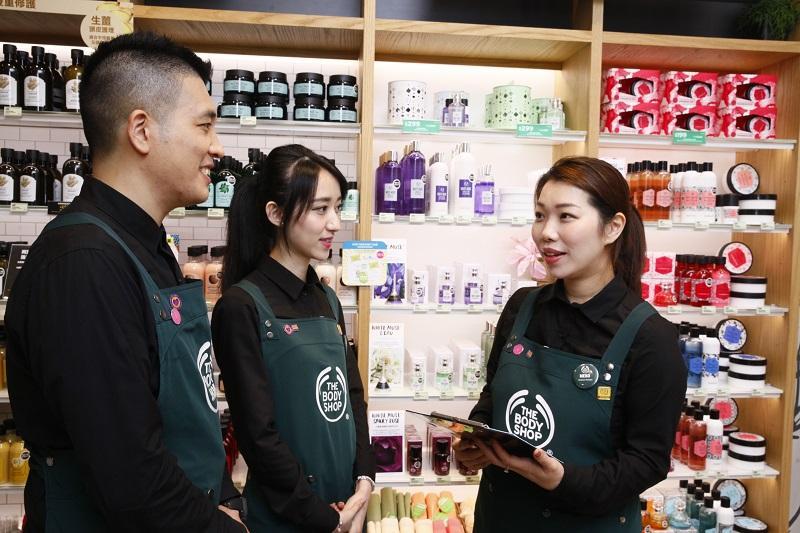 店舖經理Meko(右一)每天的工作包括管理店舖銷售、 人手安排、服務流程及日常營運等,另會定期跟美容顧問 團隊進行培訓與交流。(JUMP圖片)