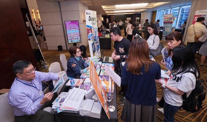 參加者踴躍參與專題講座外,亦同時蒐集不同行業的招聘和進修資訊。