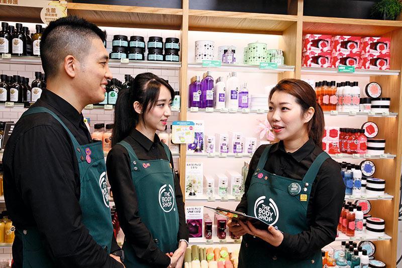 店舖經理Meko(右一)每天的工作包括管理店舖銷售、人手安排、服務流程及日常營運等,另會定期跟美容顧問團隊進行培訓與交流。