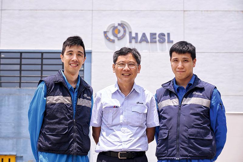 香港航空發動機維修服務有限公司培訓經理王永坤(圖中)、一級技術員吳子健(左一)和技工伍昭龍(右一)。