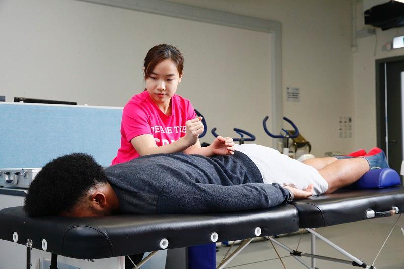 運動治療師是本港新興工種之一, 主要協助運動員處理痛症和創傷、 計劃及執行復康計劃,以及提升運 動表現等。