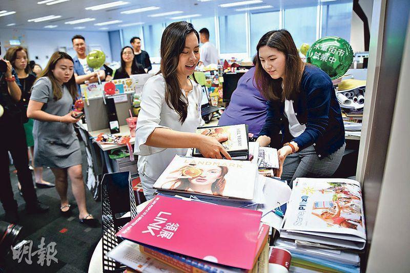 夷平紙山——Sharon(左)表示企業客戶囤積最多的雜物就是紙張,Juliana辦公桌上近半的雜物都是對工作沒直接或即時用處的舊報紙、過期雜誌及廢紙等等,很容易令有用紙張埋沒其中。(蘇智鑫攝)